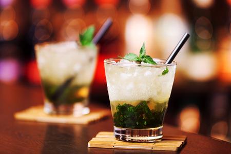 menta: Colecci�n C�cteles - Mint Julep - Hecho de 3 oz Bourbon whiskey4 a 6 ramitas de menta leaves1 cucharadita polvo sugarcrushed hielo Foto de archivo