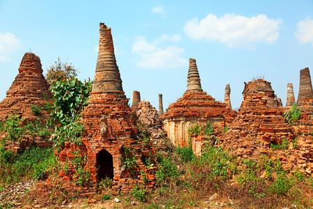 stupas: Stupas in Sagar - 108 stupa dalle 16-17 th secoli, nei pressi del lago Inle, Myanmar Archivio Fotografico