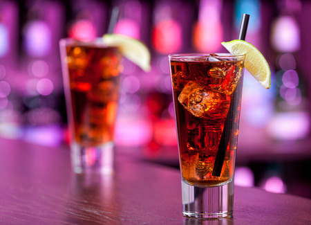 Cuba libre cocktail on a bar Standard-Bild