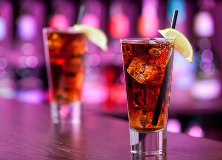 Cuba libre cocktail on a bar Banque d'images