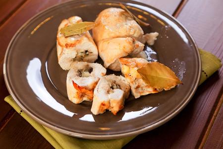 Hähnchenrouladen mit Pilzen, Essiggurken und gelben Käse