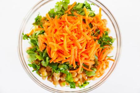 garbanzos: Ensalada de garbanzos, trigo bulgur y zanahorias Foto de archivo