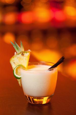 dissolved: Ingredienti: 2 oz rum 5 oz succo d'ananas (blended) 1 cucchiaio cockonut crema + 1 cucchiaio di zucchero di canna (grattugiato e sciolto in acqua)