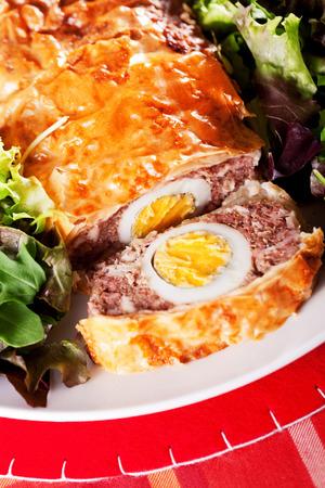 pastel de carne: Pastel de carne con huevos cocidos en hojaldre