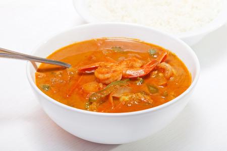 camaron: Curry rojo tailand�s con camarones, zanahorias, pimientos y cebolla