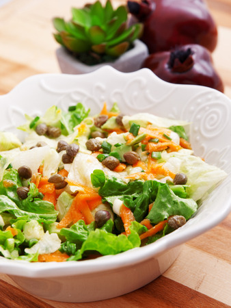 alcaparras: Ensalada de zanahorias, r�cula y alcaparras, una porci�n Foto de archivo