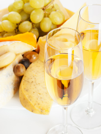 different types of cheese: Different types of cheese, white grapes and white wine