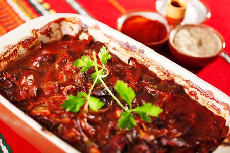 higado de pollo: Cazuela de pollo h�gado con tomates Foto de archivo