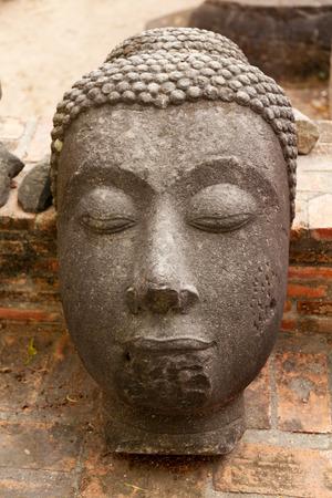 cabeza de buda: Cabeza de Buda de piedra en Ayutthaya, Tailandia Foto de archivo