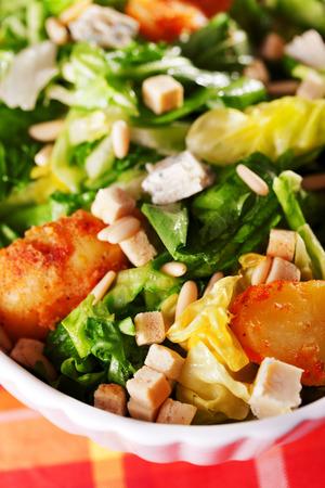 croutons: Salad with tomatos, tuna fish and croutons and sour sauce