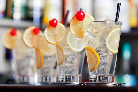 coctel de frutas: El Tom Collins es un cóctel hecho con ginebra Collins, jugo de limón, azúcar y agua carbonatada. Primero conmemorado por escrito en 1876 por el padre de la coctelería americana Jerry Thomas, esta ginebra y beber limonada con gas normalmente se sirve en un gla Collins Foto de archivo