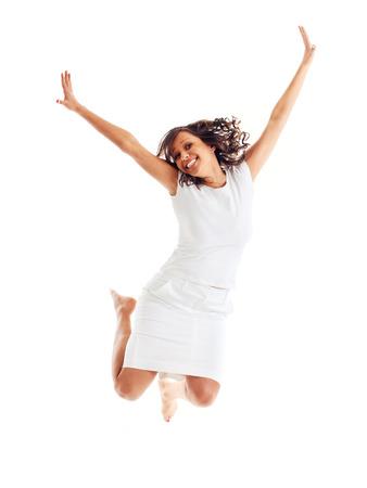 persona saltando: Mujer joven que salta en el fondo blanco