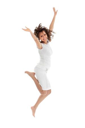 Junge Frau springt auf weißem Hintergrund