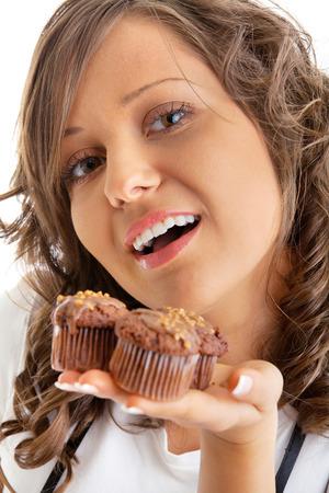 giovane donna: Giovane donna con muffin al cioccolato