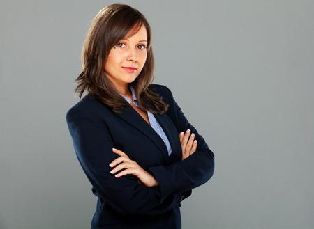 Geschäftsfrau Denken isoliert auf grauem Hintergrund lächelnd Lizenzfreie Bilder