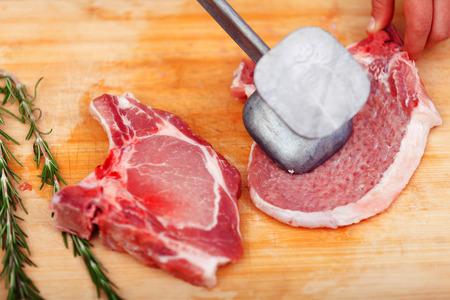hiebe: Junge Frau schl�gt ein Steak in der K�che