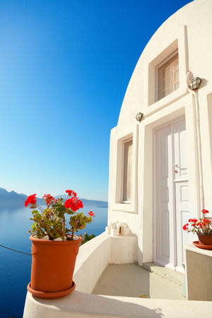 greek pot: Summer resort with a perfect view of the volcano in Oia, Santorini Editoriali