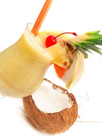 cereza: Coctel de Pina Colada aislados sobre fondo blanco