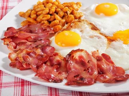 Englisch Frühstück - Spiegelei, gebratenem Speck und gekochte Bohnen Lizenzfreie Bilder