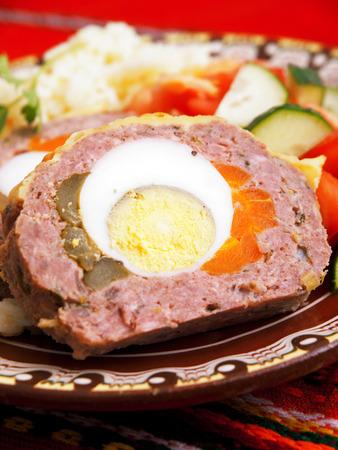 pastel de carne: Pastel de carne con los huevos, las zanahorias y pepinos Foto de archivo