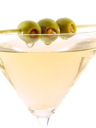 verm�: El martini cl�sico, seco debe hacerse con vermut seco y ser adornado con aceitunas verdes. Foto de archivo