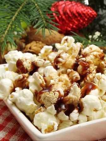 Traditionelle Weihnachtsnahrung Popcorn mit Karamell