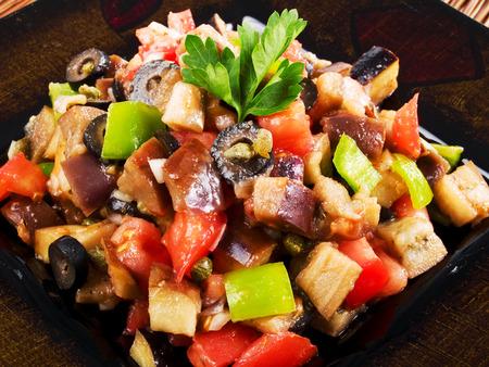 pimientos: Ensalada mediterránea con berenjenas, tomates, pimientos y aceitunas negras Foto de archivo