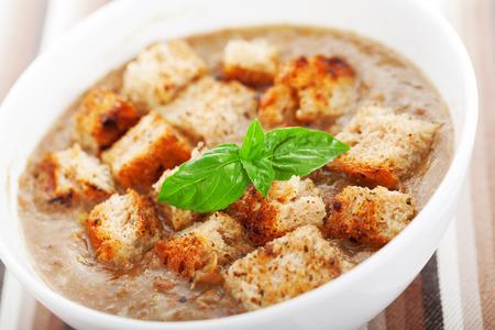 lenteja: sopa de lentejas con pan frito italiano