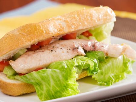 chicken sandwich: Sándwich de pollo con ensalada fresca, de cerca
