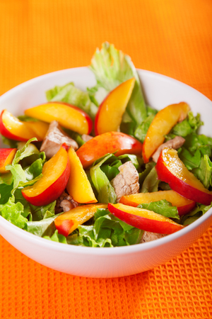 salade verte: Chicken salad with peaches and green salad Banque d'images