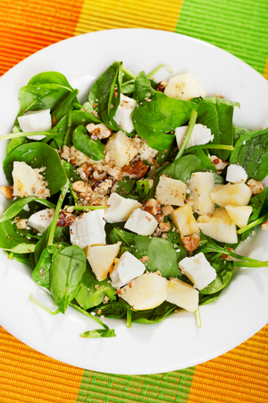 queso de cabra: Spinach salad with pears and goat cheese