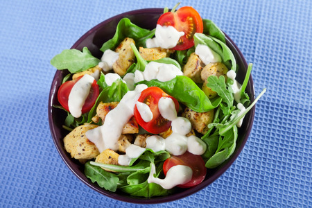 tomate ensalada: Chicken salad with cherry tomatos and fresh spinach leaves