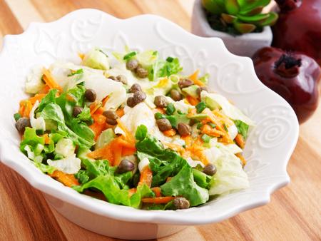 alcaparras: Ensalada de zanahorias, rúcula y alcaparras, una porción Foto de archivo
