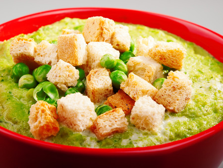 croutons: Pea cream soup with croutons