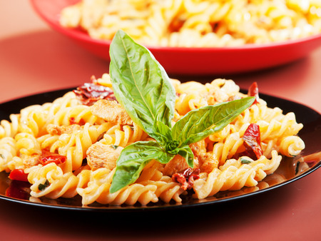 fusilli: Fusilli with chicken and dried tomatoes