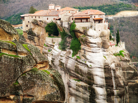 monasteri: Meteora Clifftop Monasteries in Greece, one of the most important complexes of Eastern Orthodox monasteries. It is near small town Kalambaka.
