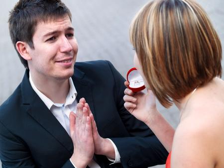 anillo de compromiso: Pares con el anillo de compromiso Foto de archivo