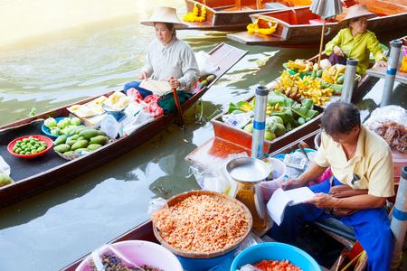 damnoen saduak: Damnoen Saduak, Thailand - March 21, 2011 : Thai people selling freshly cooked food on a boat in Damnoen Saduak Floating Market