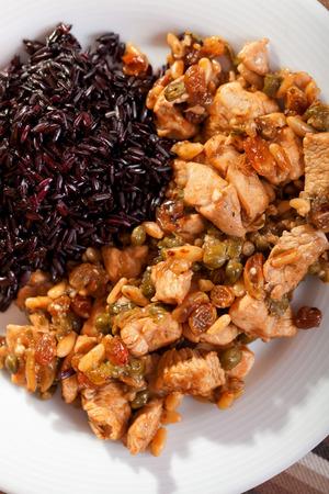 alcaparras: Turqu�a con alcaparras y pasas m�s de arroz salvaje