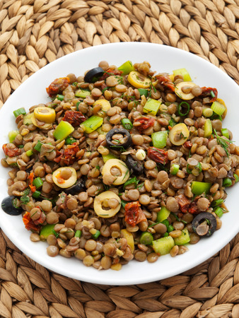 lenteja: Lentil salad with green peppers, dried tomatoes and olives Foto de archivo