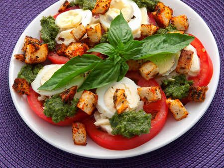 boiled eggs: Healthy salad with tomatoes, boiled eggs, pesto and croutons. Horizontal shot Stock Photo