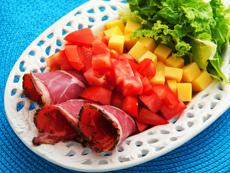 jamones: Desayuno saludable con jamón, tomate, queso amarillo y ensalada. tiro horizontal Foto de archivo