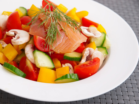 salmon ahumado: Salad from tomatoes, cucumbers, yellow peppers, mushrooms and smoked salmon