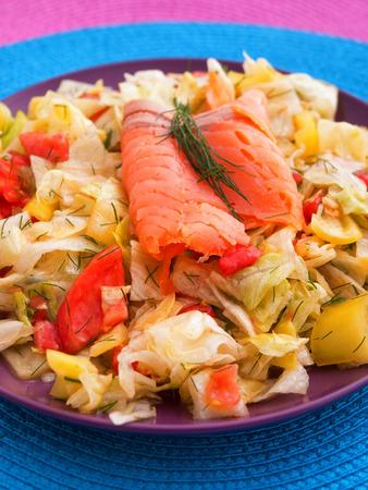 salmon ahumado: ensalada verde con tomate y salmón ahumado. tiro vertical