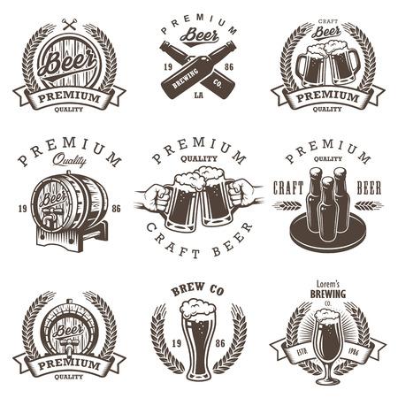 botellas de cerveza: Conjunto de emblemas de �poca cervecer�a cerveza, etiquetas, escudos y elementos dise�ados. Estilo monocrom�tico. Aislado en el fondo blanco Vectores