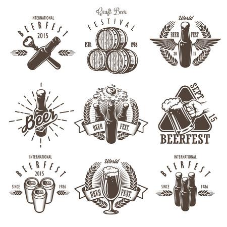 stile: Set di emblemi d'epoca del festival della birra, etichette, loghi, distintivi e elementi progettati. Stile in bianco e nero. Isolato su sfondo bianco Vettoriali