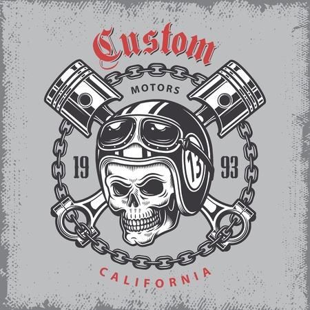 Vintage motorfiets druk met schedel in motorhelm en gekruiste zuigers op grange achtergrond.
