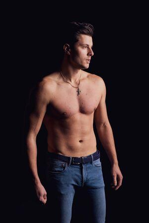Chico elegante sin camisa en el suelo mirando hacia un lado y pensó Foto de archivo