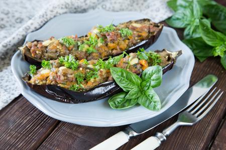 berenjena: berenjenas al horno rellenas con verduras, carne y queso. enfoque selectivo