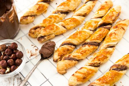 Gâteaux faits maison - pâte feuilletée à la pâte de chocolat. gâteaux tordus avec du chocolat. Banque d'images - 71217966